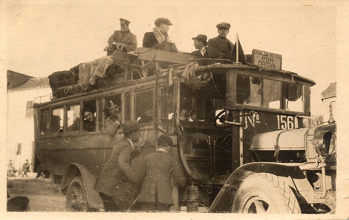 Federico (de perfil, con sombrero, mirando a la izquierda) subido en el techo del autobús de Órgiva.
