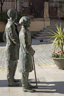 Esculturas de Federico García Lorca y Manuel de Falla, ubicadas en la plaza García Moreno de Órgiva y realizadas a tamaño natural por el escultor orgiveño José Vera.