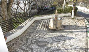 Plaza con fuente en el pueblo alpujarreño de Cáñar.