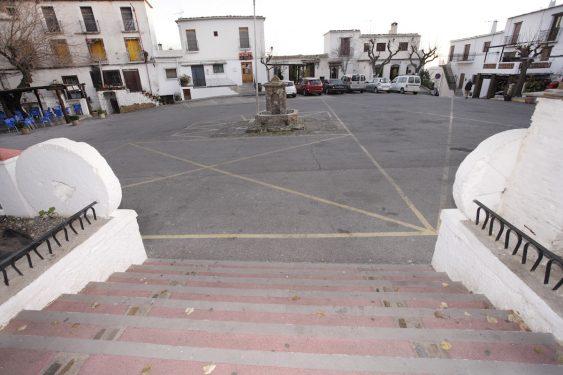 En esta plaza de Pitres, cerca de donde está la fuente, estaba situado el árbol de la y griega donde se fotografió Garcia Lorca en el año 1928.