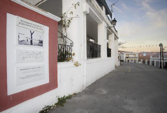 Cartel en la plaza de la iglesia de Pitres, que conmemora la visita en 1928 de Federico García Lorca.