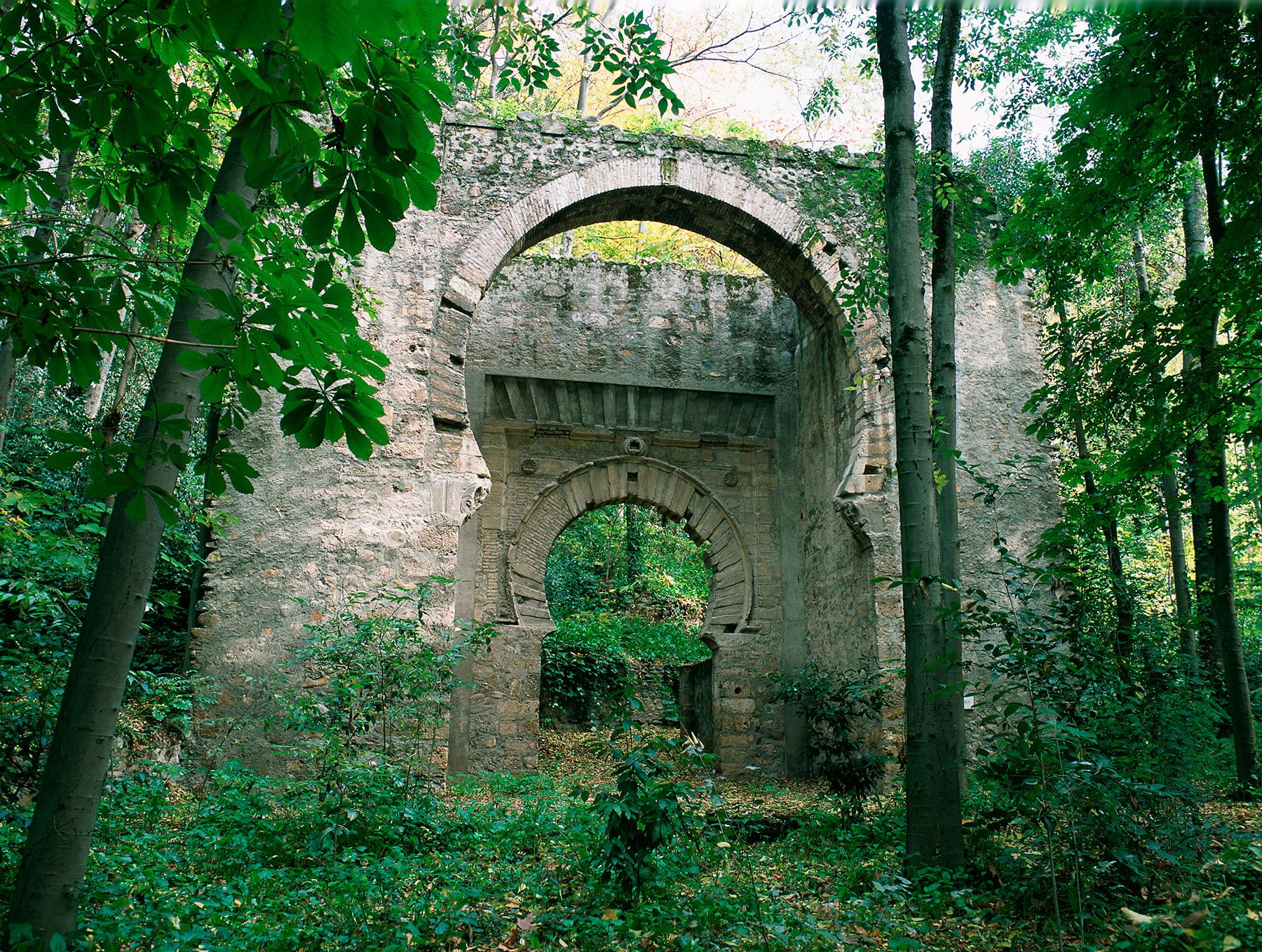 Arco de las Cucharas, hoy trasladado al bosque de la Alhambra.
