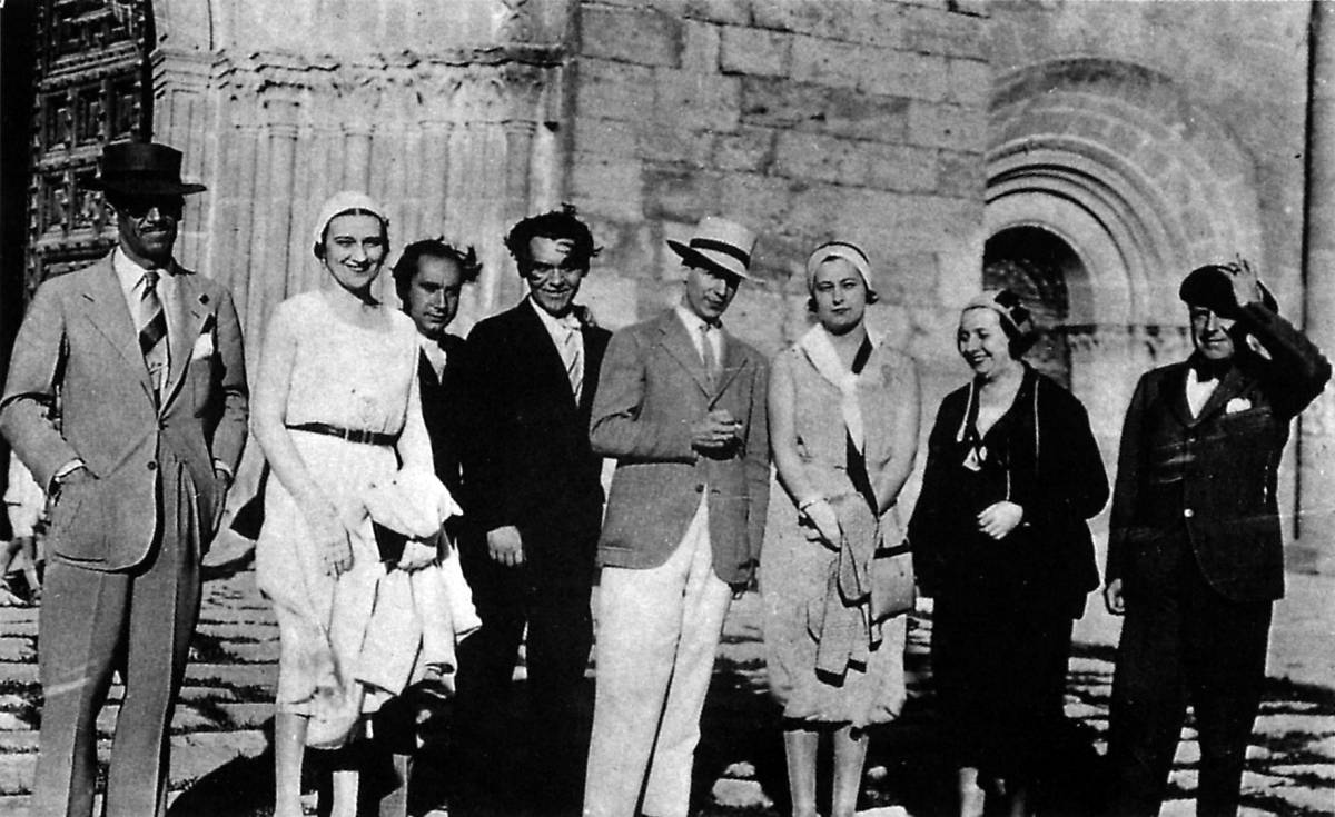Morla Lynch (in the center with a white hat) and García Lorca (on the left) at the Miralcampo estate in Madrid. / Photo: The image is from the ambassador's book 'In Spain with Federico García Lorca'.