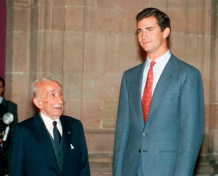 Emilio García Gómez with Felipe de Borbón on the day of the reception of the Prince of Asturias Award in 1992. Photo: Princess of Asturias Foundation.