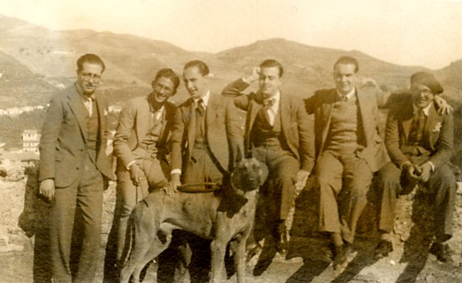 Enrique Gómez Arboleya (second from left) with other friends at the Alhambra around 1928. Photo: Antonio Arboleya Collection.