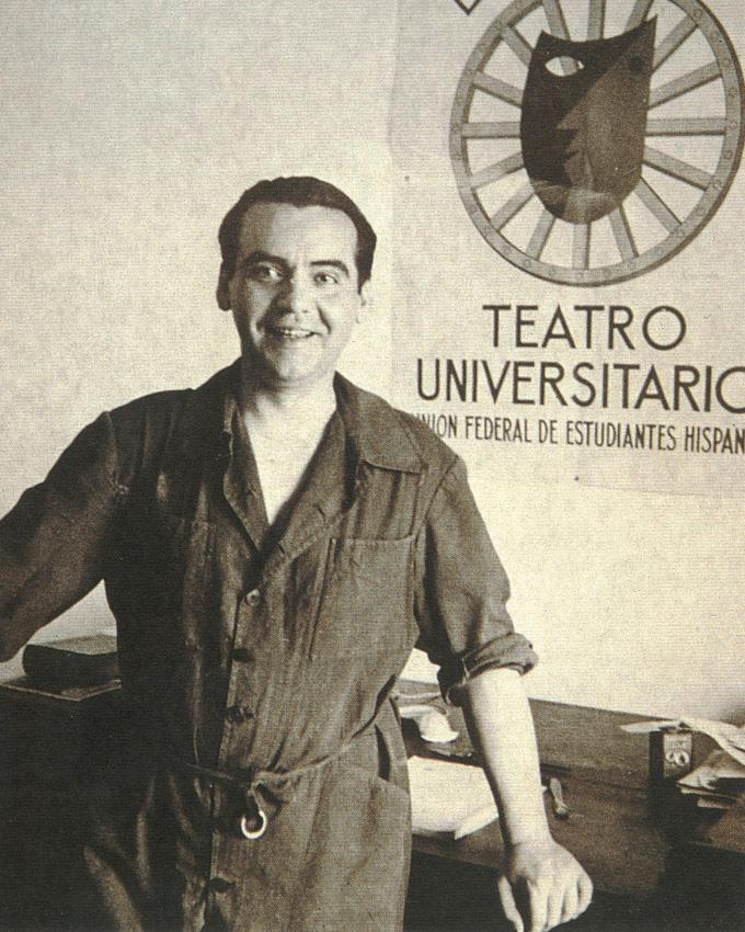 Federico García Lorca, ante su escritorio en la Huerta de San Vicente, vestido con el mono de La Barraca. / Foto: Fundación FGL