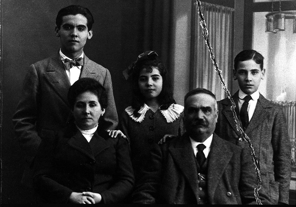 La familia García Lorca al completo en la casa de la Acera del Darro. Isabel aún no había nacido.