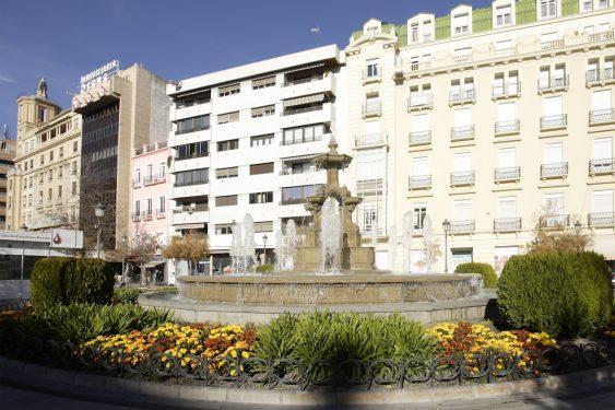 Edificio moderno que ocupa el solar de la casa de Acera del Casino 15, residencia familiar de los Garcia Lorca en Granada.