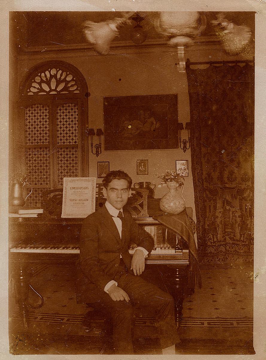 Lorca ante su piano en la casa de la Acera del Casino.