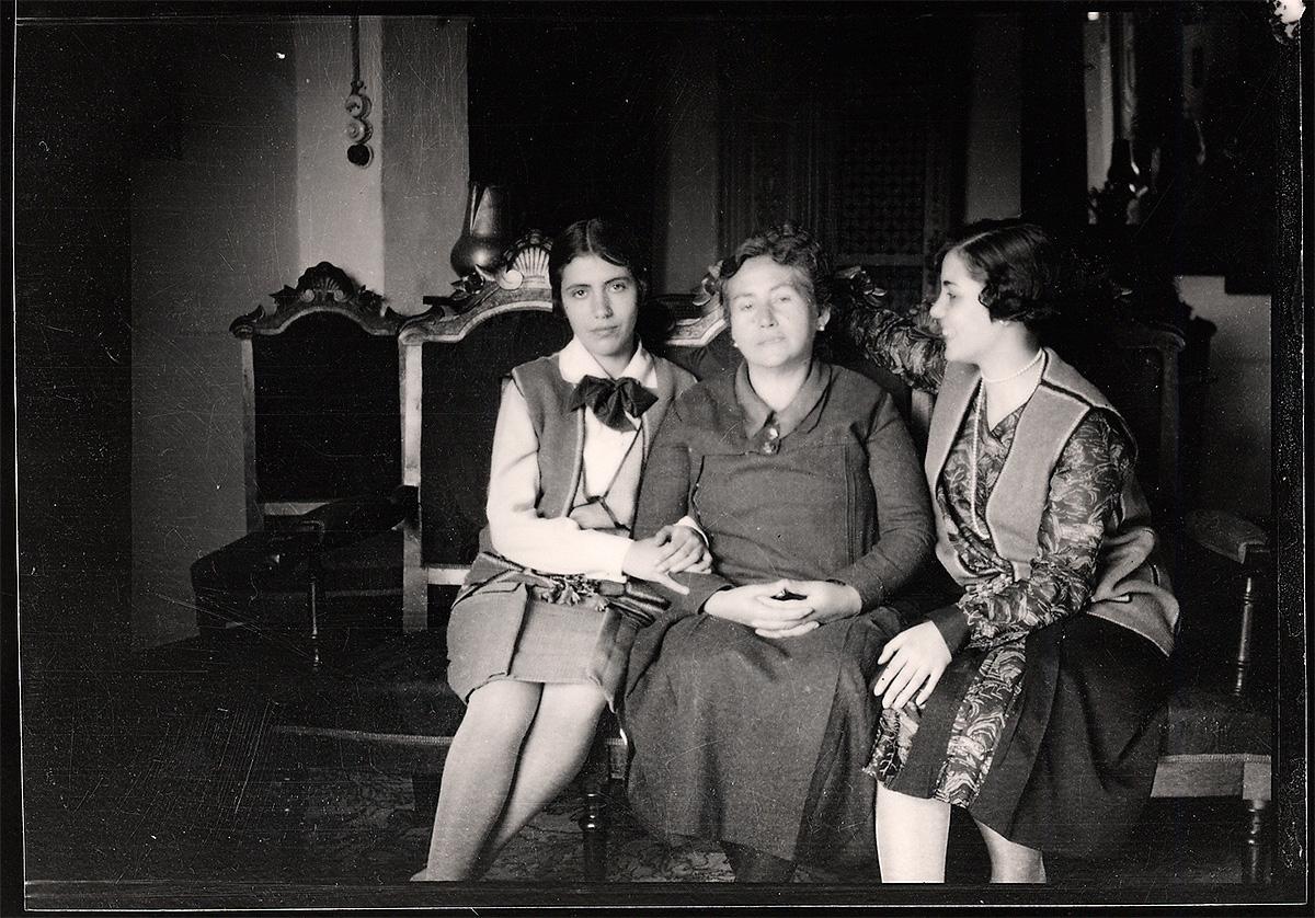 Vicenta Lorca con sus dos hijas, Isabel, a la izquierda, y Concha, en el domicilio de la Acera del Casino.