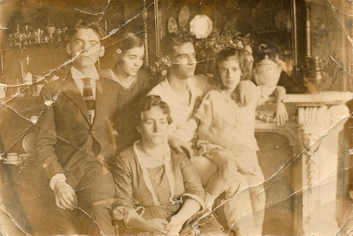 Vicenta Lorca y todos sus hijos (de izquierda a derecha, Federico, Concha, Francisco e Isabel) en la casa de Acera del Casino.