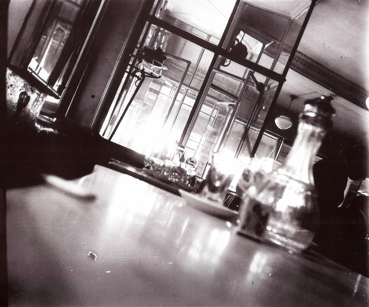 Fotografía de Hermenegildo Lanz de uno de los cafés literarios de la Granada de los años veinte que frecuentaban los jóvenes talentos.