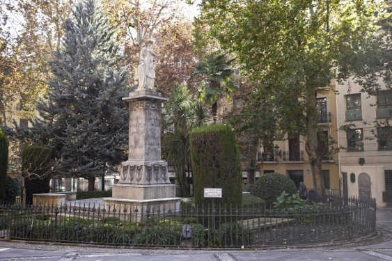 Sculpture of Mariana Pineda in the square with her name in Granada.