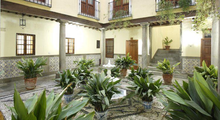 Plaza Castillejos, 3. En este edificio estuvo ubicado el colegio privado del Sagrado Corazón de Jesús donde Federico García Lorca cursó estudios.