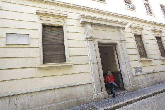 Acceso desde la calle Duquesa a la Facultad de Derecho, sede del Gobierno Civil de Granada en 1936.