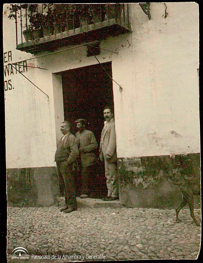 Antonio Barrios, a la derecha, acompañado por dos desconocidos a la entrada de la taberna El Polinario.