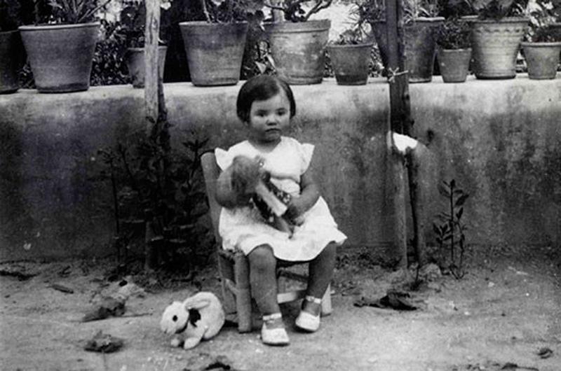 Vicenta Fernández-Montesinos, Federico García Lorca's niece, in the farmhouse in 1932.