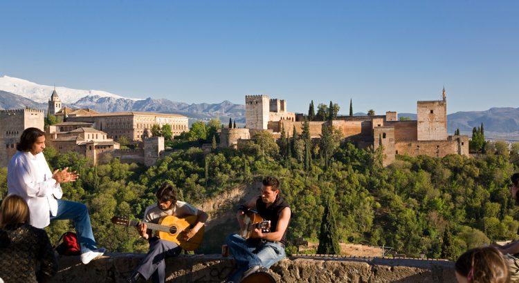 El Mirador de San Nicolás, en el barrio del Albaicín, ofrece excelentes vistas de la Alhambra.