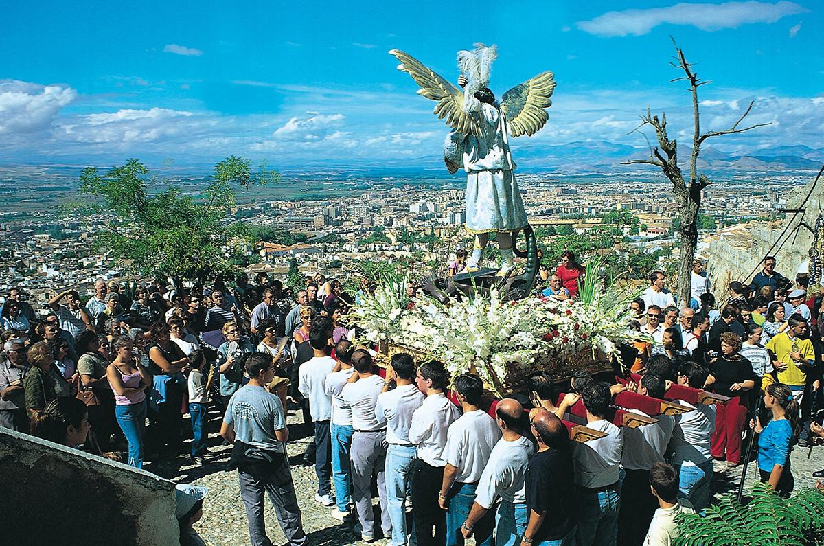 Romería de San Miguel, saliendo de su ermita en el barrio granadino del Albaicín.