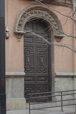 Puerta de acceso del inmueble de Gran Vía, 34 de Granada, donde habitó la familia de Federico García Lorca.