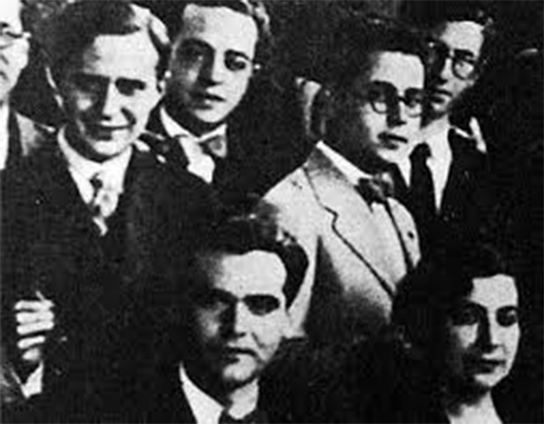 Joaquín García Labella, with glasses and bow tie, at the tribute to Federico García Lorca and Margarita Xirgu held at the Alhambra Palace Hotel.