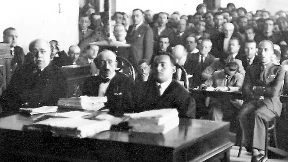 Captain Manuel Rojas (first from the right) during the trial for the events of Casas Viejas. In the photo we can also see Manuel Azaña (first from the left).