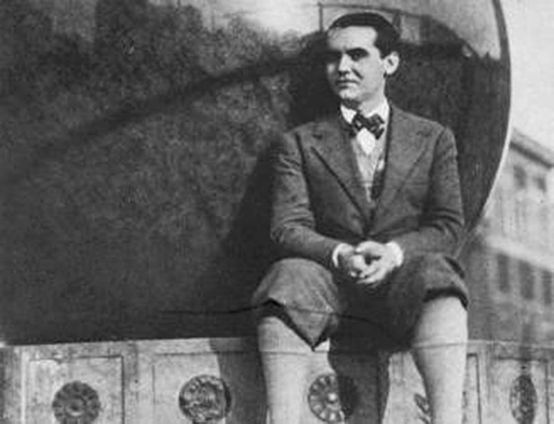 Federico García Lorca sentado en el reloj de sol de la Universidad de Columbia. Nueva York. / Foto: Fundación FGL