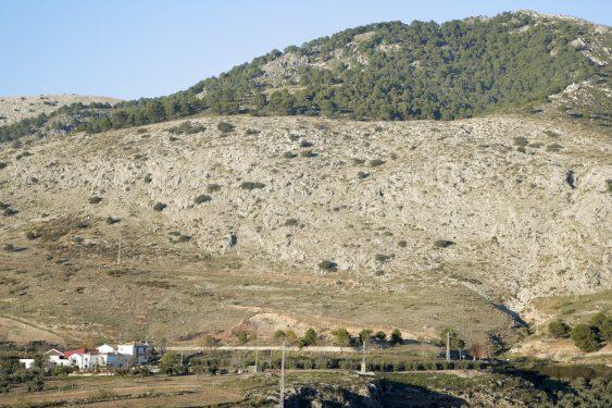 A la izquierda, cortijo Pepino y a la misma altura en el centro, sobre los árboles, se ubica la zona donde se ha excavado, en el Peñón del Colorado, buscando los restos de Federico García Lorca.