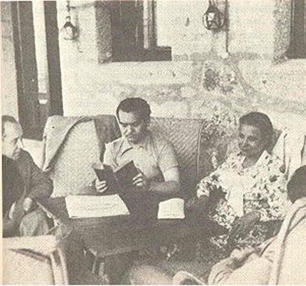 """Lorca leyendo Doña Rosita a Margarita Xirgu en el parador de Gredos. / Foto: margaritaxirgu.es donde aparece como """"García Lorca en Cataluña"""". Antonina Rodrigo."""