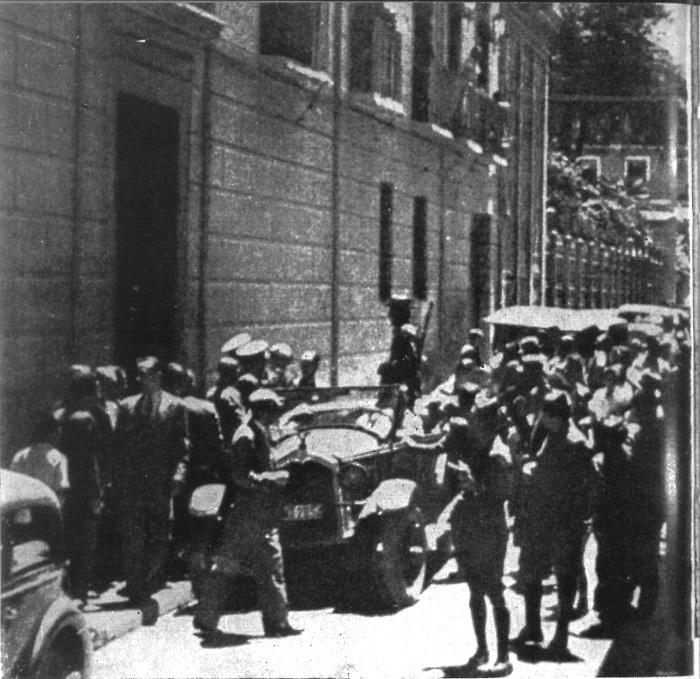 Esta instantánea recoge, supuestamente, el momento del día 20 de julio de 1936 en que guardias de asalto y falangistas sublevados tomaron el Gobierno Civil de Granada (actual Facultad de Derecho). El primer vehículo es el Oakland de Juan Luis Trescastro, con el que después fueron a detener a García Lorca. La foto fue publicada en 'Ideal' cuatro días después.