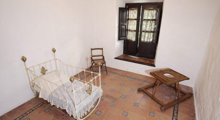 Cuna y dormitorio de Federico García Lorca en su casa natal de Fuente Vaqueros.