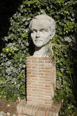 Busto esculpido de Federico García Lorca ubicado en el patio de la casa de Valderrubio.