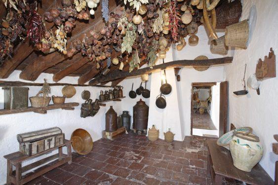 Granero en la primera planta de la vivienda de los caseros de la familia de Federico García Lorca en Valderrubio. Aquí guardaban alimentos y útiles de cocina, matanza, etc.