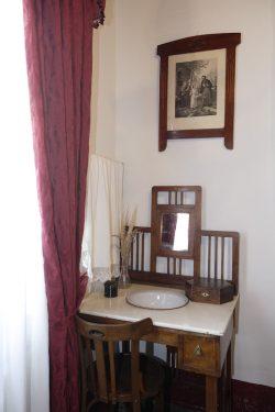 Lavabo-tocador en el dormitorio de los padres de Federico García Lorca, en la casa familiar de Valderrubio.