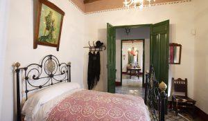 Dormitorio de los padres de Federico García Lorca, al fondo el salón en casa familiar de Valderrubio.