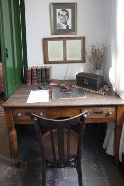 Escritorio de Federico García Lorca en su dormitorio de la casa familiar en Valderrubio.