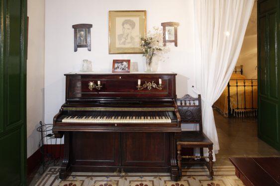 Rincón del salón con el piano de Federico García Lorca, en la casa familiar de Valderrubio.