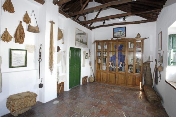 Rincón del granero ubicado en la primera planta de la casa familiar de Federico García Lorca en Valderrubio. Al fondo vitrina con los Cristobicas.