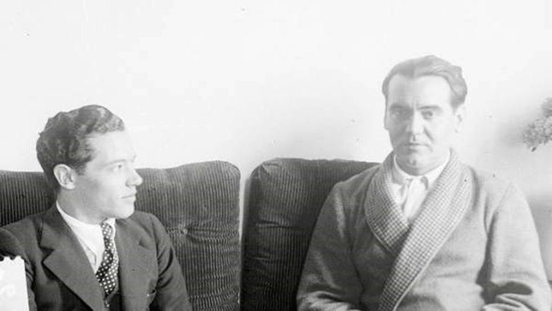 García Lorca entrevistado por el periodista de La Voz Felipe morales en abril de 1936. Foto del libro Palabra de Lorca de Rafael Inglada y Víctor Fernández.