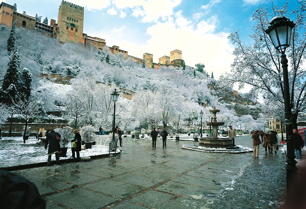 Estampa invernal del Paseo de los Tristes y la Alhambra de Granada.