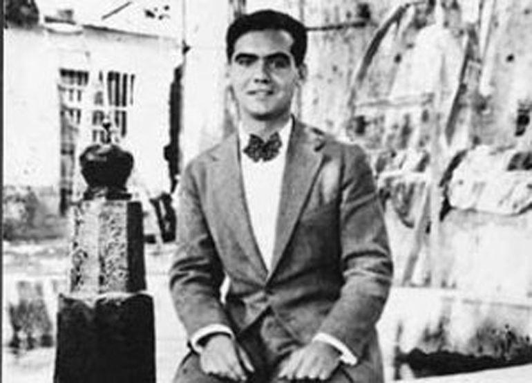 Federico en Lanjarón en 1927 en la fuente de los Caños