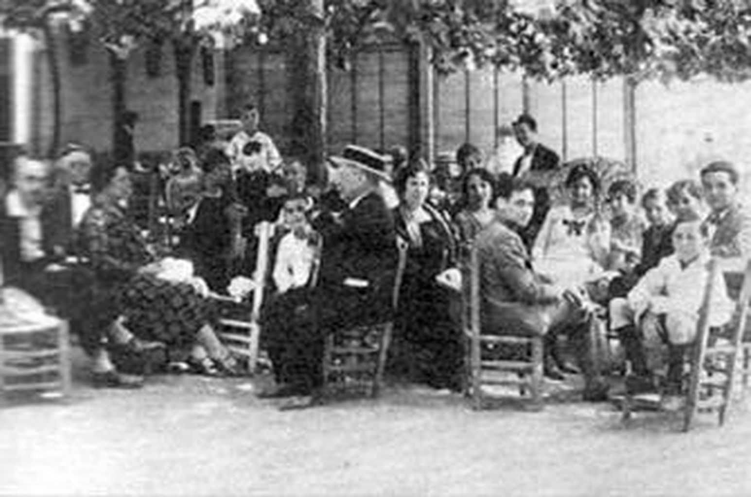 García Lorca (el primero a la derecha), en 1924, con sus hermanas y otros bañistas en Lanjarón.