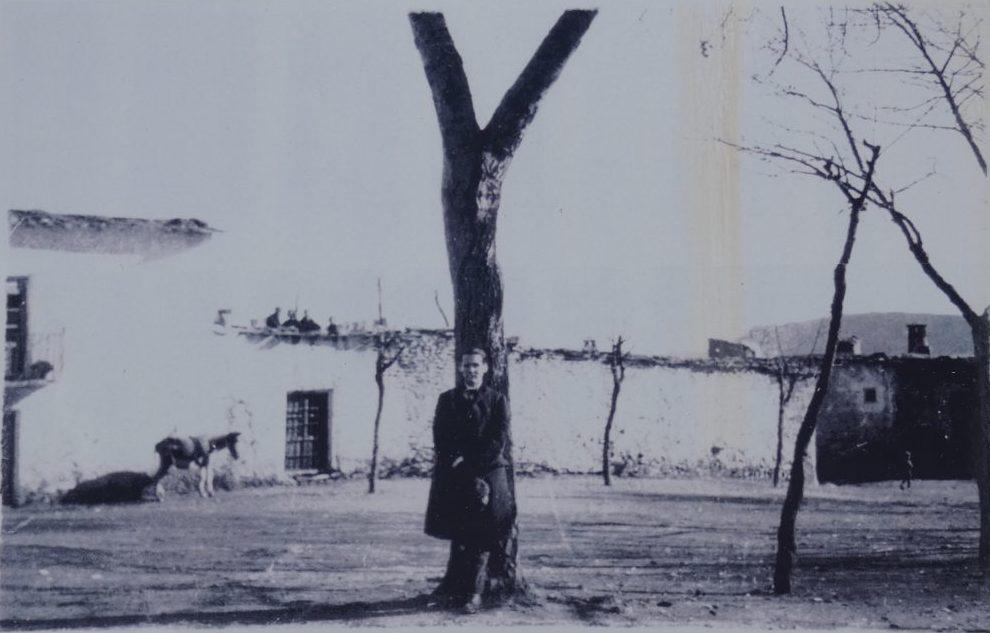 """Reproducción de la foto que Lorca envió a Jorge Guillén con el texto: """"Aquí estoy en Pitres, pueblo sin voz ni palomas de la sierra. Crucificado en la y griega del árbol""""."""