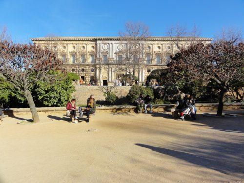 Vista de la Plaza de los Aljibes, con el Palacio de Carlos V al fondo.
