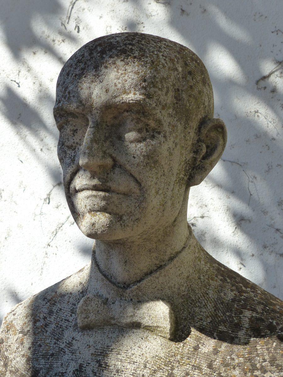 Busto de Manuel de Falla en el jardín del Carmen de la Antequeruela.