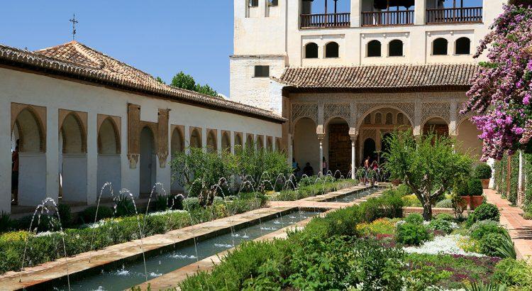 Patio de la Acequia del Generalife, en la Alhambra de Granada.