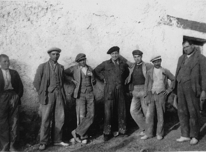 Ruiz Alonso (center, dressed in overalls and beret), campaigning among bricklayers in Alfacar (February 7) in the 1936 general elections. / Photo: Ideal