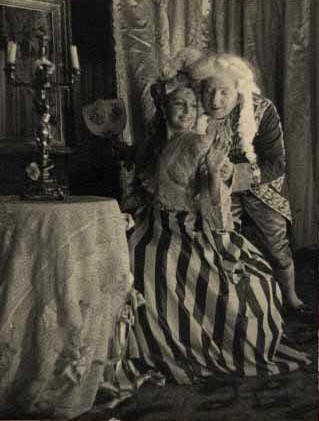 María Teresa León y Santiago Ontañón, en 1937, representando Amor de don Perlimplín con Belisa en su jardín