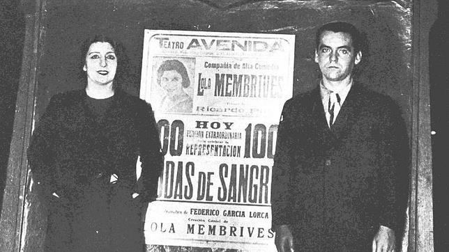 La actriz Lola Membrives y Federico García Lorca la noche de las cien representaciones de Bodas de sangre (Argentina)