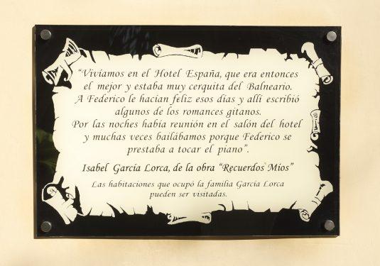 Placa en el exterior del Hotel España de Lanjarón, donde se hospedaba la familia de García Lorca cuando acudía al balneario para aliviar las dolencias de doña Vicenta.